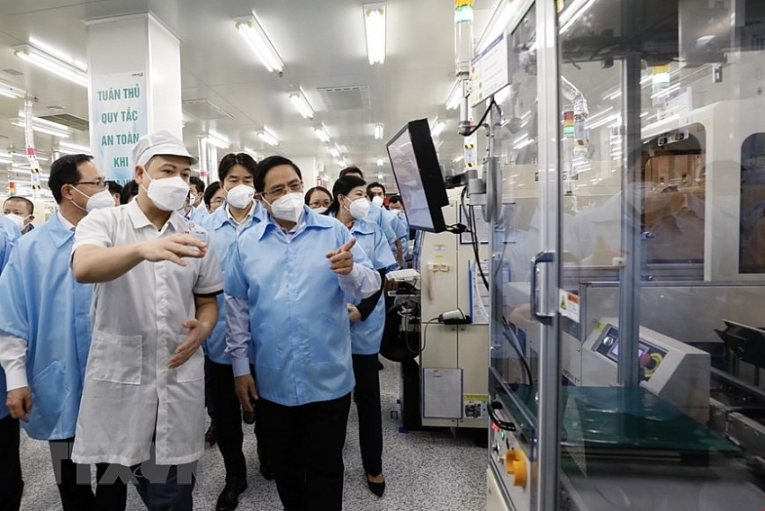 Prime minister visits Samsung factory for a long-term investing commitment