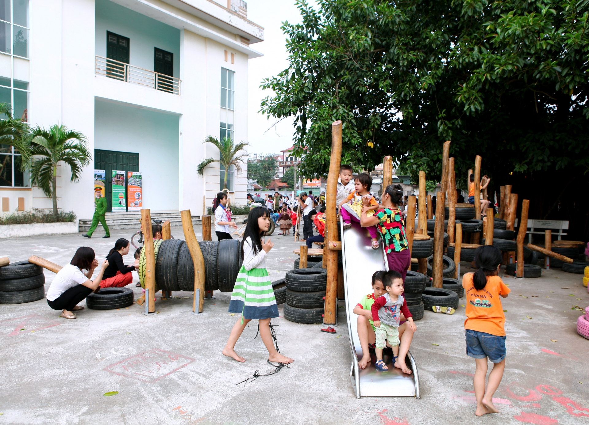 Ford Vietnam contributes to building recycling playground for children