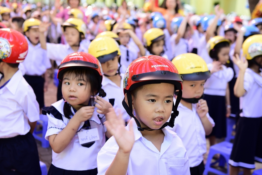 nearly 2000 first graders receive quality helmets for new school year