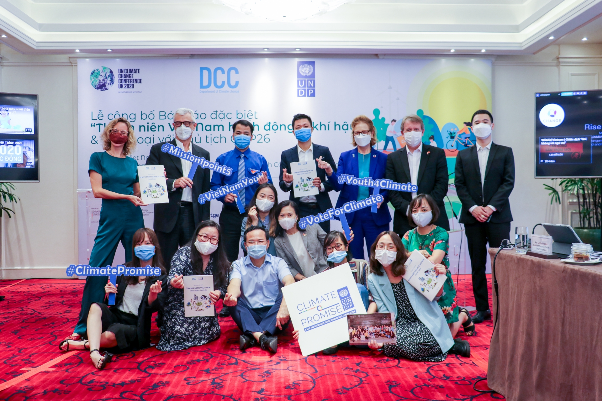 Vietnamese youth submit special report to COP26 leader