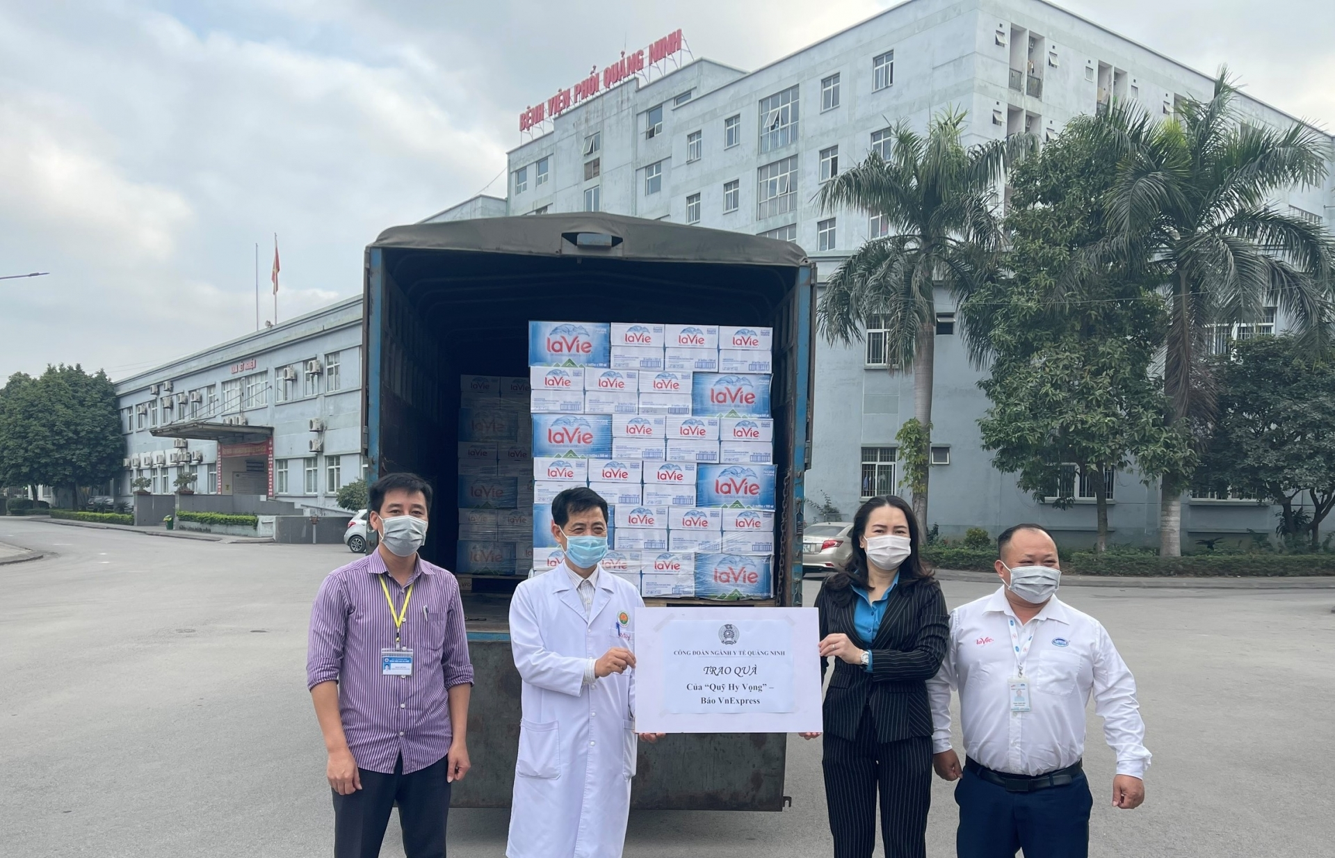 La Vie donates mineral water to quarantine areas and hospital in pandemic-hit provinces