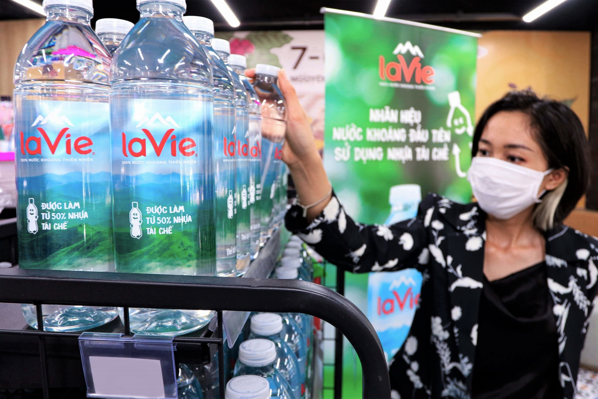 recycled plastic bottles become new trend of green consumption