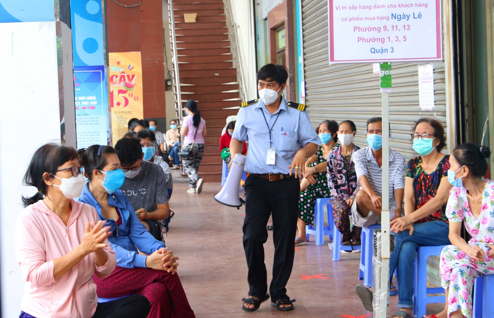 Saigoners comply with 5K measures when buying food and necessities