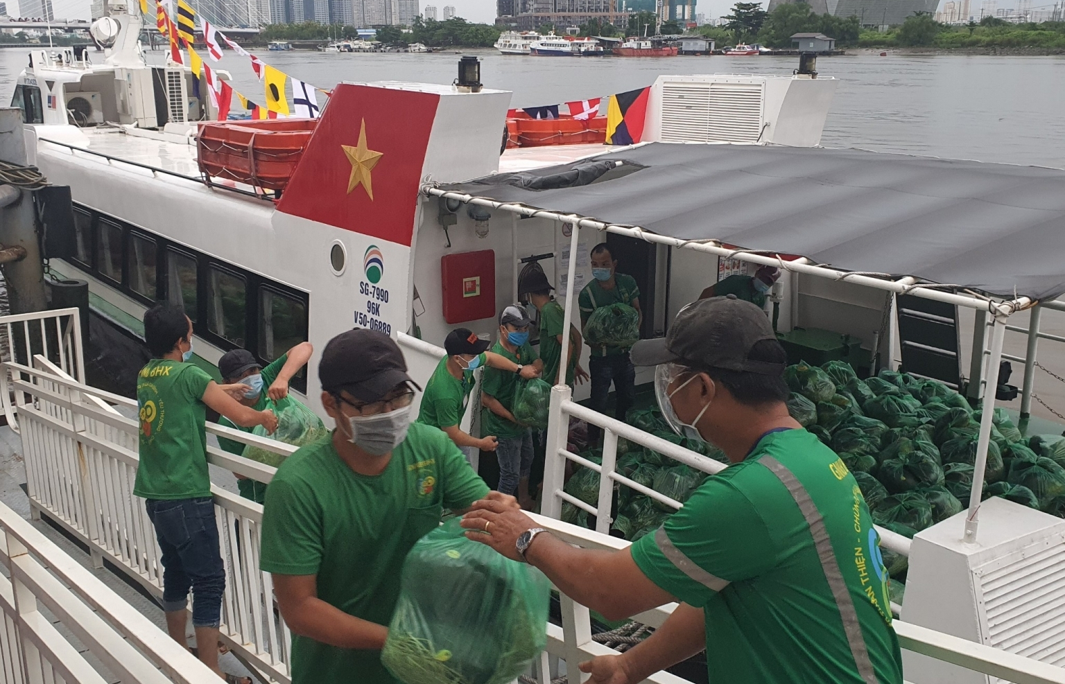 High-speed boats transport first shipment of fruit and vegetables to Ho Chi Minh City