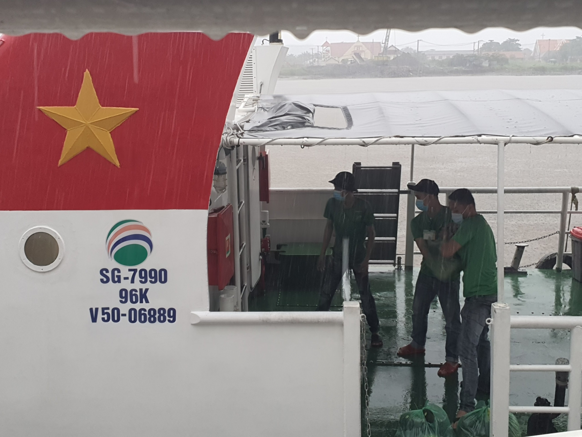 A high-speed boat transported the first shipment of vegetables and fruit to Ho Chi Minh City