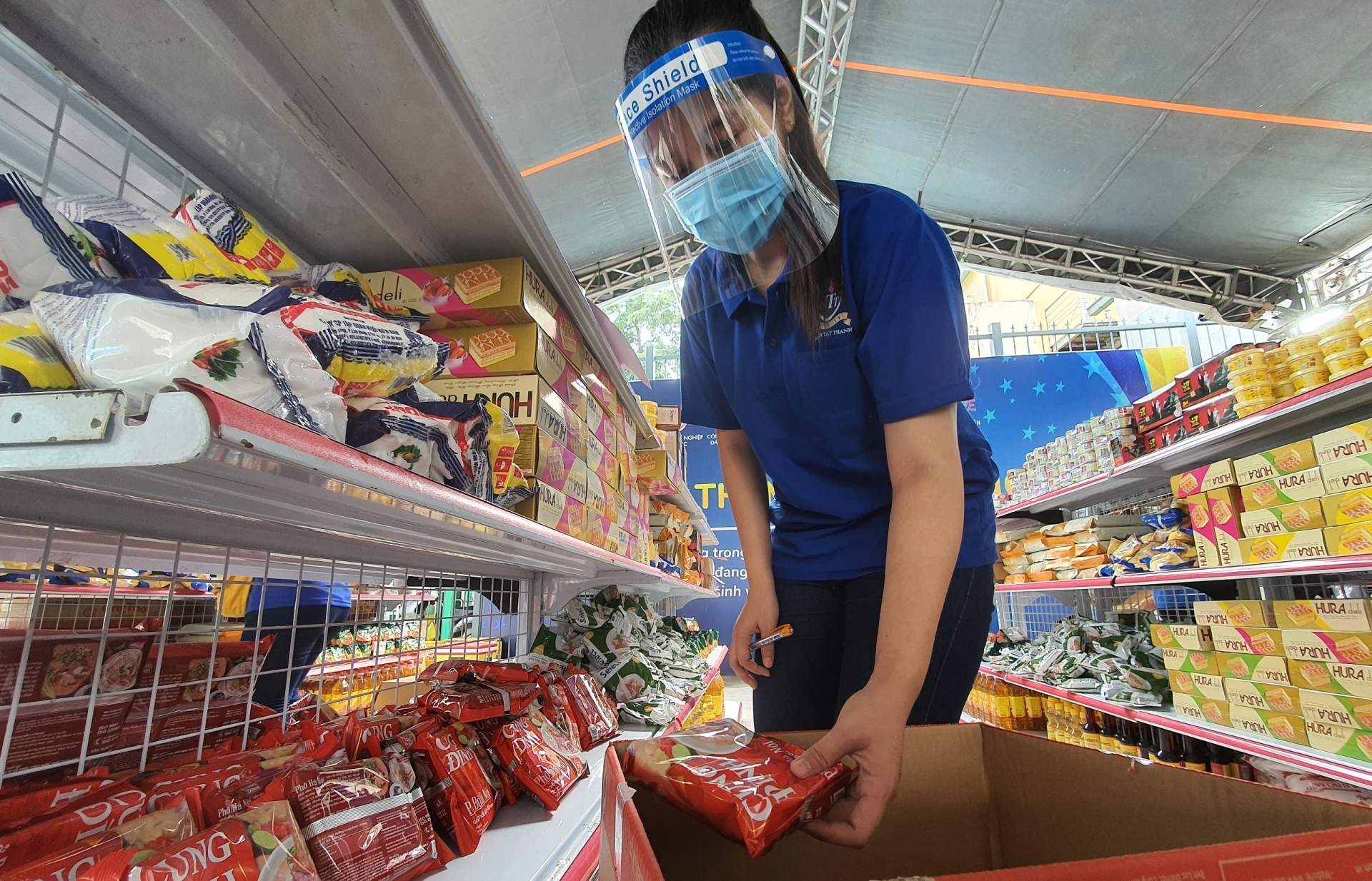 Ho Chi Minh City authorities join supermarkets to distribute goods to citizens