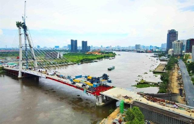 Thu Thiem 2 Bridge completes installation of final steel beams