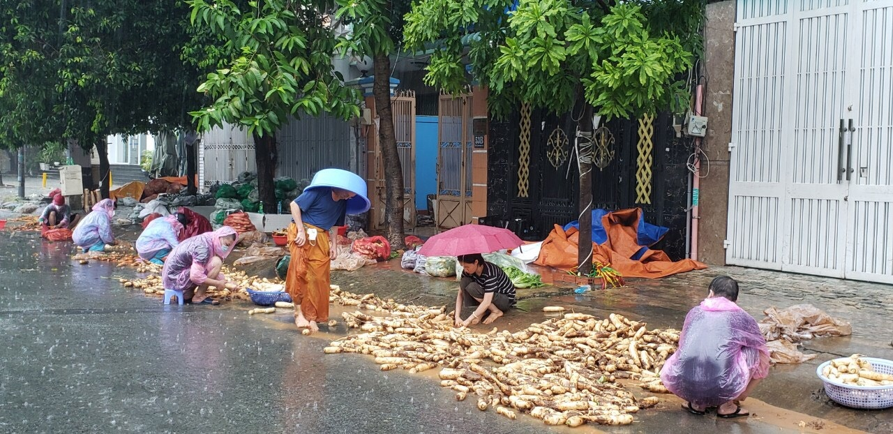 Foreigners and Vietnamese join hands to help the poor