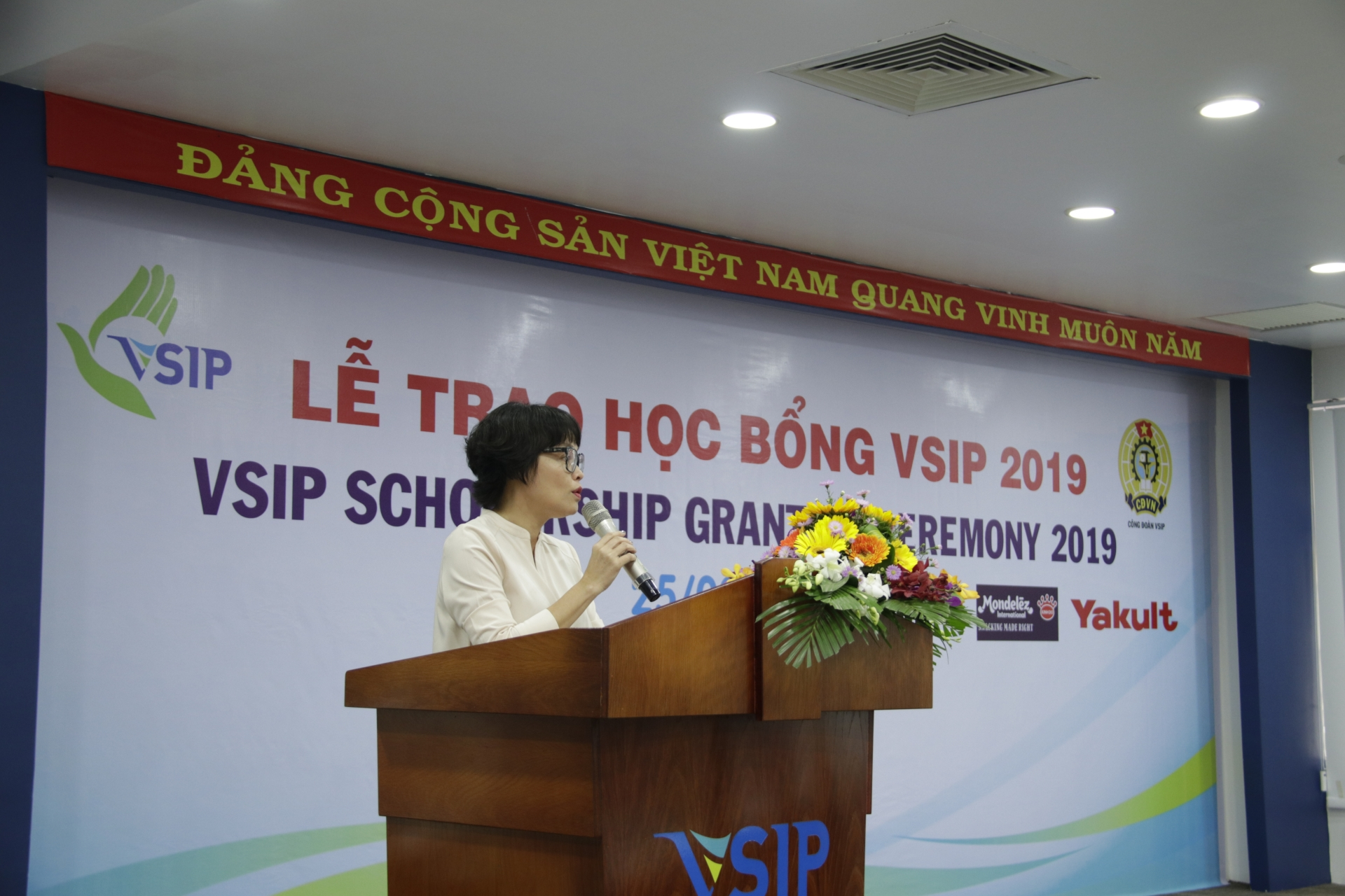 vsip charity fund grants 183 scholarships for students in binh duong