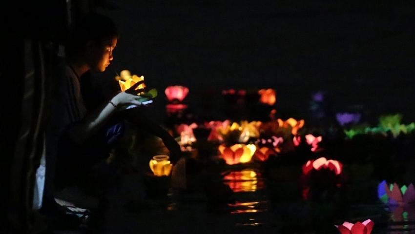 Lanterns shine on Saigon River full-moon festival