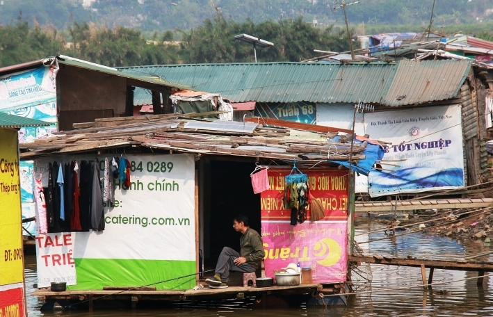 Life depending on the sun under the Hanoi's Red river