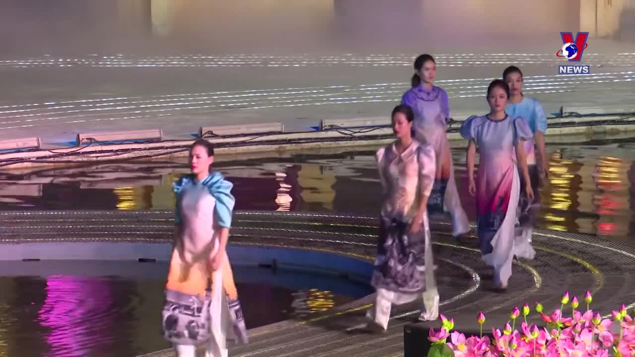 Ao dai show impresses visitors to Hoi An