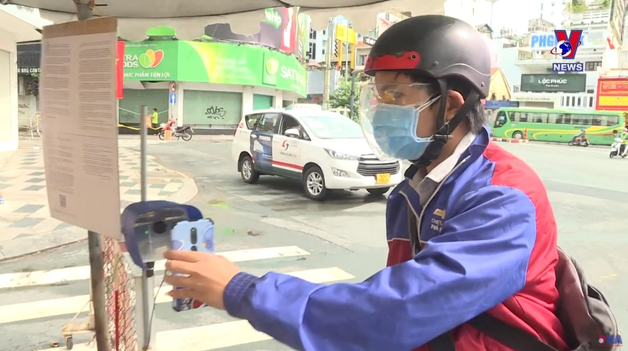 HCM City installs QR-code scanning cameras at Covid checkpoints